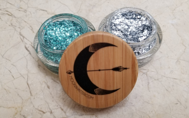 Is glitter too hard to put on? Does it get all over the place? Then check out what Moon Shatter glitter is all about on momwhoraves.com. #glitter #review #moonshatter #rave #festivalseason #edm